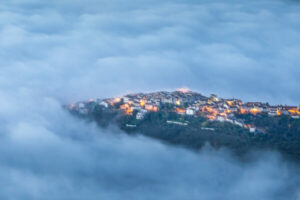 ib_corneliussen_nielsen_sdf_nationale_2013-2013_mountain-village-in-morning-mist_digital-farve_antaget-e313e7426dc2c14486980e97c2aad8438e7c8f81